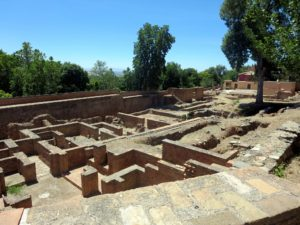 In the middle of the square and in part of the wall archaeologists discovered the foundations of several ancient houses.