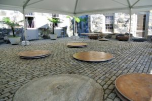 12 round tables were brought in and placed on the courtyard floor.