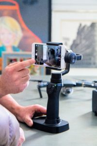 A 3-axis stabilization system completely integrated with the camera cancels out movements in three directions, so it stays still even if the operator's hands shake or wobble.