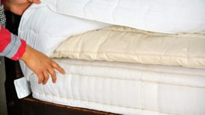 The best way to protect the surface from soiling and stains is to cover the pillow tops with a good quality mattress cover. Sanu places the mattress cover over the two pillow tops and the mattress. This also keeps all these components in place.