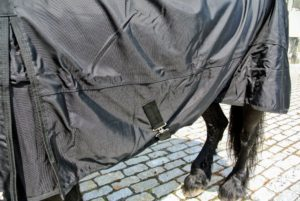 It is also roomy and light to accommodate a variety of horse sizes.