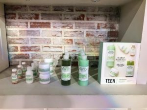 Teens need specific products to keep their young and temperamental skin in check. This teen kit features five simple, gentle, and effective products designed to balance the skin. It includes an enzyme cleansing gel, a seaweed cleansing lotion, an oil-free moisturizer, an orange tonic mask, and a drying lotion for troublesome acne spots.