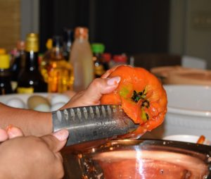 At this time, Enma also hulls the leftover parts of the stem at the top of each tomato.