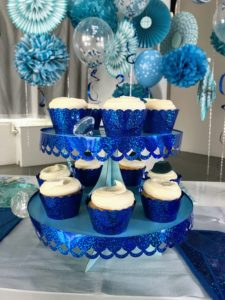 We all love these glittery foil cupcake wrappers designed with scalloped edges. They look perfect with the matching trim added to the cake stands.