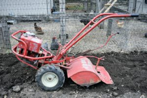On rear-tine tillers like this, wheels are standard operating equipment. This particular model has a 20-inch tilling width. Most tillers have an accelerator on or near the handle or on the engine.