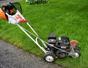This Little Wonder gas powered edger is such a useful tool – it is a single purpose machine used to make good, crisp lines along the edges of garden beds and lawns.