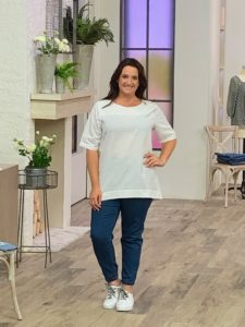 And here it is in white paired with my jeans - this blouse is so versatile and because it is a classic linen, it can be dressed up or dressed down.