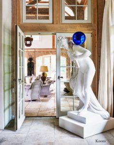 And this space was designed around the work of artist Jeff Koons. Here, Jeff combines one of his sculptures with a bright blue ball on its shoulder.
