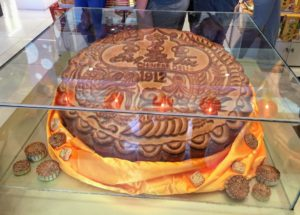 We also went to the Eng Bee Tin Chinese Deli, which was first established in 1912 by Chua Chiu Hong, a migrant from mainland China whose family decided to reside in the Philippines. This mooncake sits near the entrance to the deli and is reportedly the largest mooncake in the Philippines.