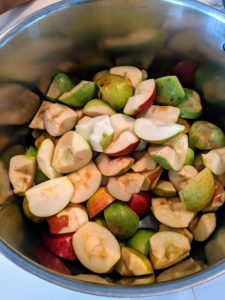 Place the apple halves directly into a heavy-bottomed pot. Apples, Malus domestica, are low in calories, rich in dietary fiber and full of antioxidants.