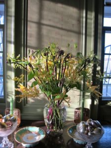My favorite arrangement was in the green room - gloriosa lilies, in pure yellow, with deep blackish purple fern stems in my old Chinese glass ginger jar.