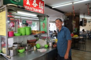 A friendly wantan mee vendor