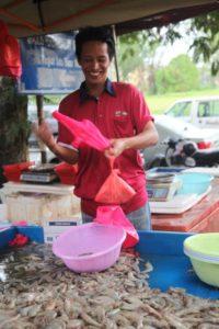 A very friendly prawn vendor