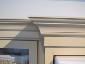 A close up of the stacked crown moulding