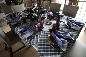 The mix-and-match dark table linens look great together.