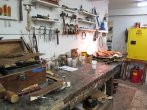 Walking through the door, you enter a real workshop with many work stations and many works in progress.