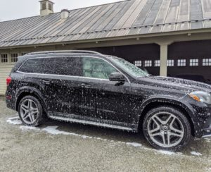 Next, Andres sprays soap all over the car. Be sure to use a soap specially designed for washing cars, so the paint is not damaged during the cleaning process.