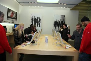 Customers trying out the large-screen iMacs - We use these great computers in my blog studio.  Big screens are great for photo editing.