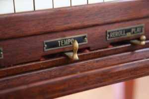 The tempo lever beneath the keyboard