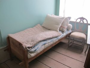 The servants' beds were small and narrow.