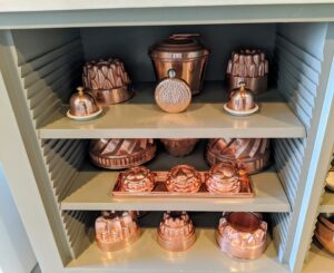 Here are the copper items that were cleaned and returned to the shelf. All of them are shining. The copper returns to its original luster very quickly.