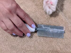 The comb removes any dead hairs and because it is made of stainless steel, it is easy to clean.