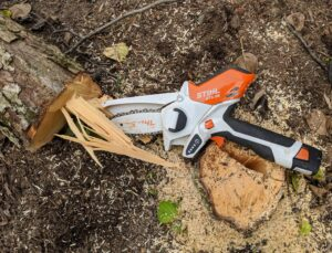 This battery pruner comes with a battery, charger, transport bag and oil for saw chain lubrication. This tool is easy to use and its size makes it possible to get to those hard-to-reach spots.