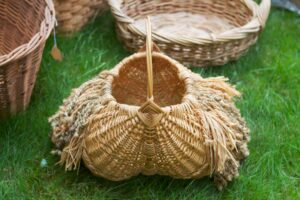 Here is another buttocks basket with embellishments.