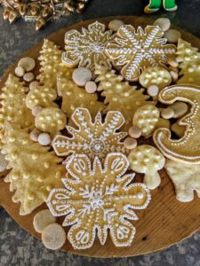 We decorated sugar cookies in different colors - these in white, gold and silver.