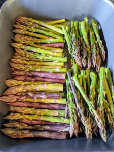 There is also a lot of delicious asparagus growing in the garden, so we picked everything that was available. It will be added to the risotto.