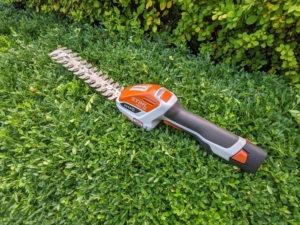 For the flat tops of the hedge, we also use our STIHL HSA 25 Battery-Powered Garden Shear. The hedge shear attachment with double-sided cutting blades cut in both directions. It's one of our favorite tools – it's very light and handy.