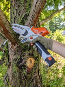 This is the GTA 26 - a mini saw that fits right in the palm of one's hand and is great for smaller jobs and tight spaces. It offers high cutting performance, quiet operation, excellent ergonomics, and long battery life – thanks to its 10.8 V AS 2 replacement battery.