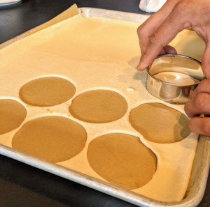 The puffed pastry is also cut and baked in the oven. These will be the bases for the tartes.